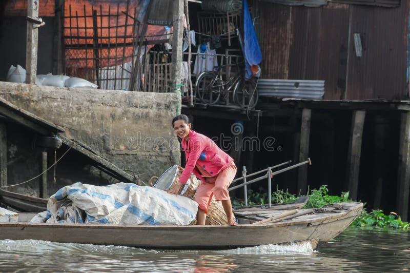 Εκδοτική βάρκα στην παραδοσιακή να επιπλεύσει αγορά στοκ φωτογραφία