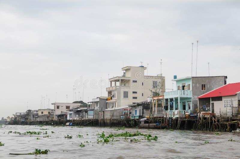 Εκδοτική βάρκα στην παραδοσιακή να επιπλεύσει αγορά στοκ εικόνα