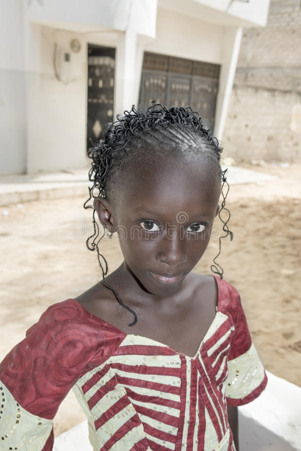 Εκδοτικός τίτλος: M'Bao, Σενεγάλη, Αφρική â€ «στις 6 Αυγούστου 2014: Παιδί στην οδό μια ημέρα γιορτής στοκ φωτογραφία με δικαίωμα ελεύθερης χρήσης