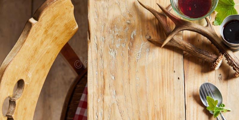 Ελάφια σε ξύλινο τραπέζι στοκ φωτογραφία με δικαίωμα ελεύθερης χρήσης