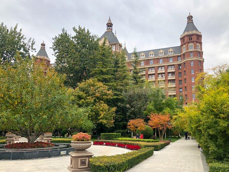 Ελάχιστα τακτοποιήστε στην πόλη Tianjin με λίγο πάρκο και το πέντε αστέρων ξενοδοχείο το Ritz Carlton στοκ εικόνες με δικαίωμα ελεύθερης χρήσης
