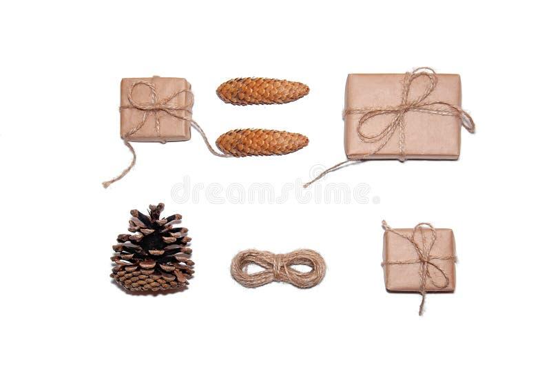 Ελάχιστη σύνθεση Χριστουγέννων Κιβώτια δώρων, κώνοι πεύκων, σχοινί στο άσπρο υπόβαθρο Νέα έννοια διακοπών έτους Επίπεδος βάλτε στοκ εικόνα με δικαίωμα ελεύθερης χρήσης