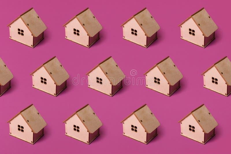 Ελάχιστο σχέδιο με το μικροσκοπικό ξύλινο σπίτι παιχνιδιών r στοκ φωτογραφίες με δικαίωμα ελεύθερης χρήσης