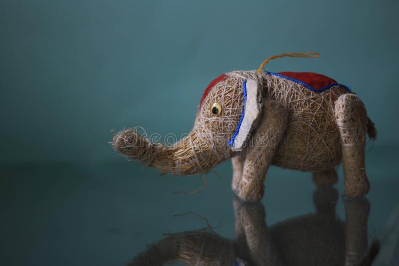 Ελέφαντας παιχνιδιών στον πίνακα στοκ εικόνες με δικαίωμα ελεύθερης χρήσης