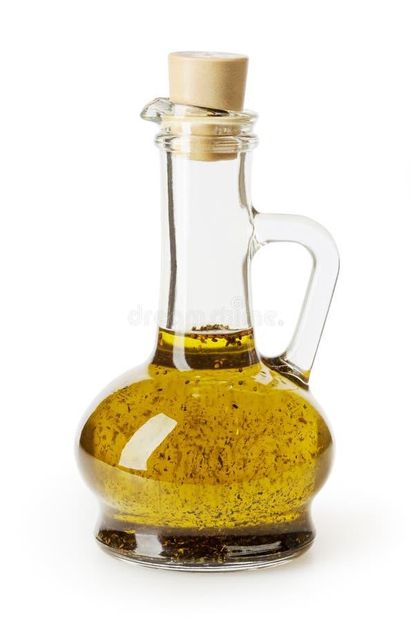 Ελαιόλαδο με το βασιλικό στο μπουκάλι γυαλιού που απομονώνεται στο λευκό στοκ εικόνες