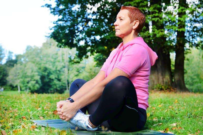 Ελαστικές ενώσεις Ασκήσεις για να βελτιώσει τους συνδέσμους Γυμναστική στο καθαρό αέρα Η έννοια της υγείας Γιόγκα, asanas στοκ εικόνες