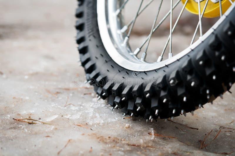 ελαστικό αυτοκινήτου μοτοκρός ποδηλάτων στοκ φωτογραφίες