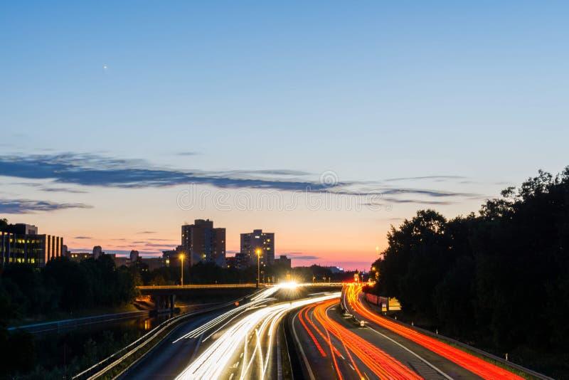 Ελαφριά ίχνη σε γερμανικό Autobahn στοκ φωτογραφίες