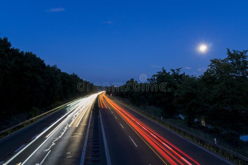 Ελαφριά ίχνη σε γερμανικό Autobahn στοκ εικόνες
