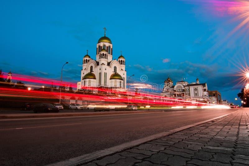 Ελαφριά ίχνη στην οδό πόλεων μετά από το ηλιοβασίλεμα Εκκλησία όλου του Sain στοκ εικόνες