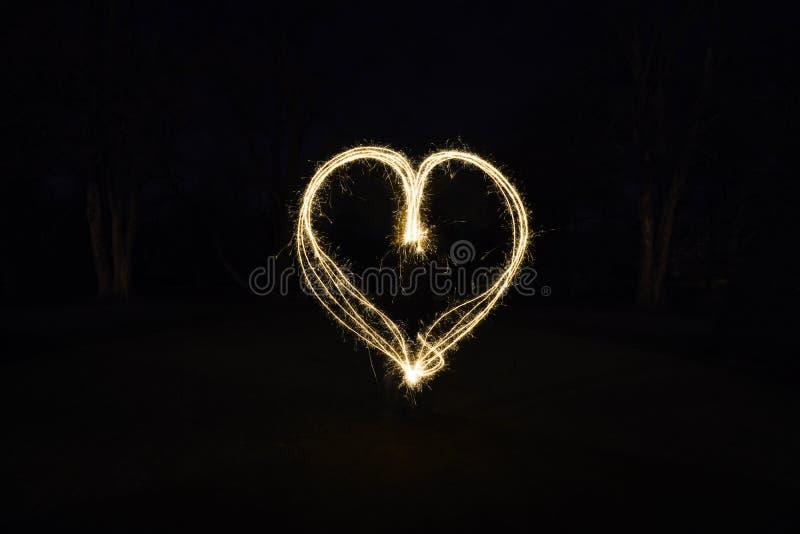 Ελαφριά ζωγραφική μορφής καρδιών με τα sparklers στοκ εικόνα