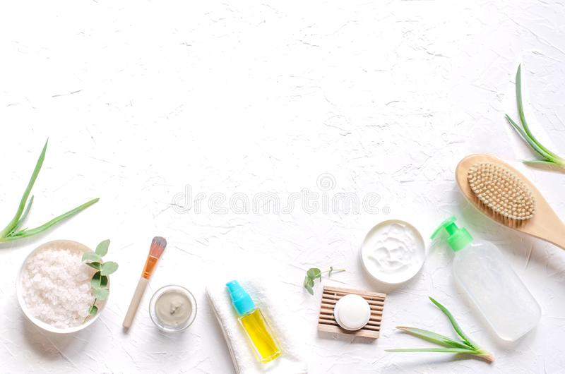 Ελαφριά σύνθεση με τα καλλυντικά προϊόντα για τις διαδικασίες SPA στοκ φωτογραφία με δικαίωμα ελεύθερης χρήσης