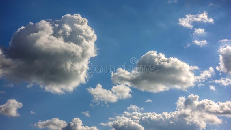Ελαφριά σύννεφα, μπλε ουρανός στοκ φωτογραφίες
