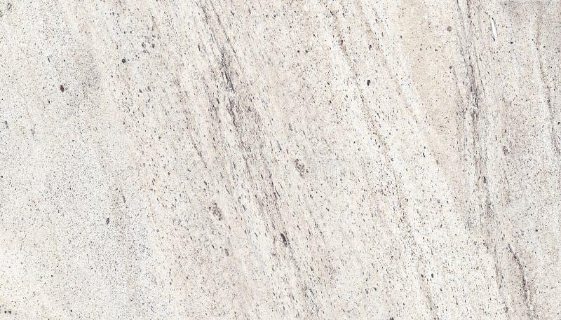 Ελαφριά χονδροειδής πρόσοψη συμπαγών τοίχων φιαγμένη από φυσικό τσιμέντο με τις τρύπες και τις ατέλειες ως κενή αγροτική σύσταση στοκ εικόνες