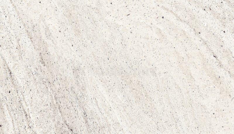Ελαφριά χονδροειδής πρόσοψη συμπαγών τοίχων φιαγμένη από φυσικό τσιμέντο με τις τρύπες και τις ατέλειες ως κενή αγροτική σύσταση στοκ φωτογραφία με δικαίωμα ελεύθερης χρήσης
