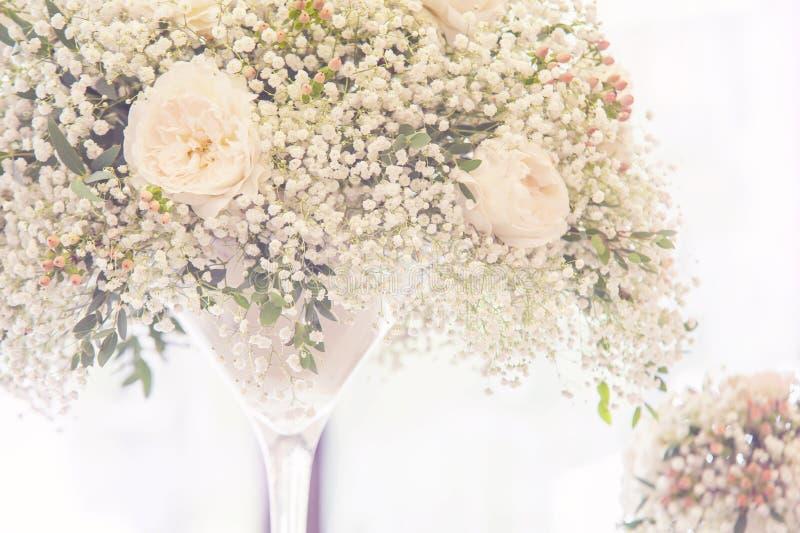 Ελαφριά floral γαμήλια διακόσμηση στα κομψά σύγχρονα λευκαμένα βάζο χρώματα γυαλιού στοκ εικόνα με δικαίωμα ελεύθερης χρήσης