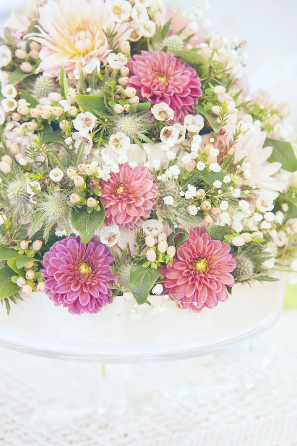 Ελαφριά floral διακόσμηση γαμήλιων ανθοδεσμών με το ρόδινο λευκαμένο Dalhias τονισμό στοκ εικόνες