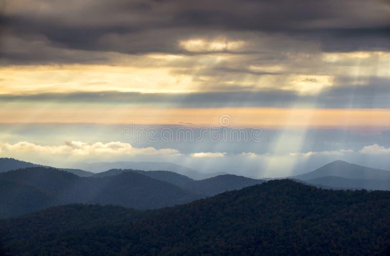 Ελαφριές ακτίνες από τα μπλε της όξινης απορροής βουνά χώρων στάθμευσης NC κορυφογραμμών στοκ εικόνες με δικαίωμα ελεύθερης χρήσης