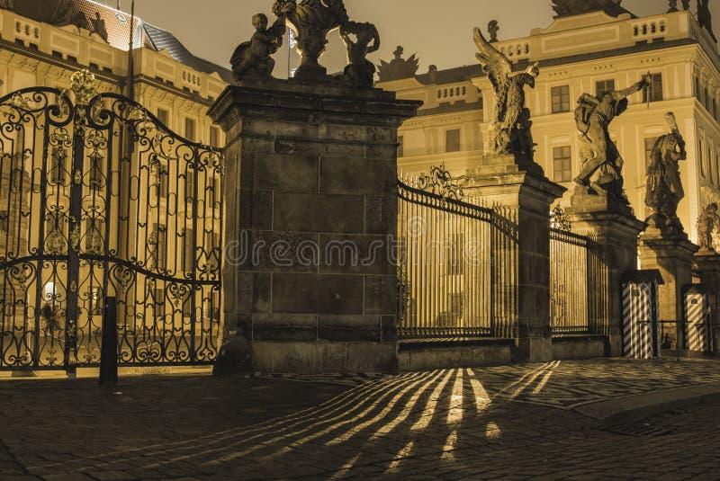 Ελαφριές λουρίδες στο Κάστρο της Πράγας στοκ φωτογραφία
