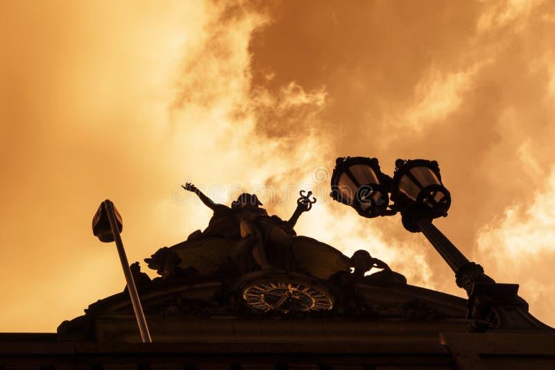 Ελαφρύς μεγάλος κεντρικός ουρανός σταθμών πρωινού ανατολής που εξετάζει επάνω ένα sihouette του μνημείου και της 42$ης οδού Μανχά στοκ φωτογραφία