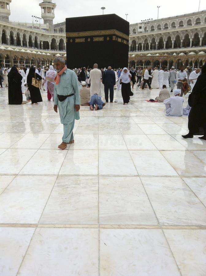 ελαφρύς μουσουλμανικός περίπατος προσκυνητών ψηλής βροχής στοκ εικόνες
