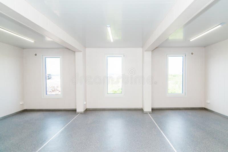 Ελαφρύ άσπρο κενό δωμάτιο γραφείων με το φωτεινό φωτισμό στοκ εικόνα με δικαίωμα ελεύθερης χρήσης