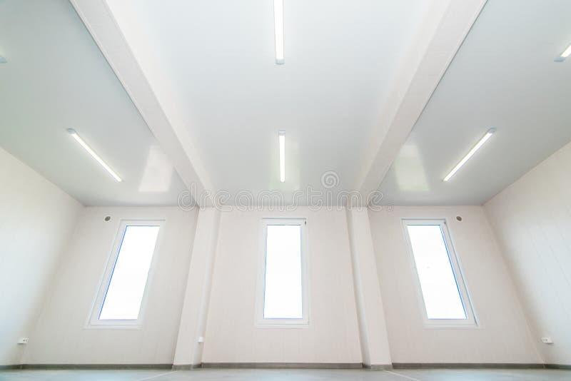 Ελαφρύ άσπρο κενό δωμάτιο γραφείων με το φωτεινό φωτισμό στοκ φωτογραφία με δικαίωμα ελεύθερης χρήσης