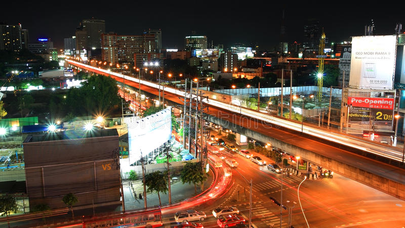 Ελαφρύ ίχνος στη γέφυρα πέρα από τη σύνδεση στη Μπανγκόκ στοκ φωτογραφίες