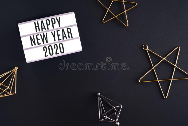Ελαφρύ κιβώτιο κομμάτων καλής χρονιάς 2020 με αστεριών διακοσμήσεων τοπ άποψη στοιχείων διακοπών την εορταστική σχετικά με το μαύ στοκ εικόνες με δικαίωμα ελεύθερης χρήσης