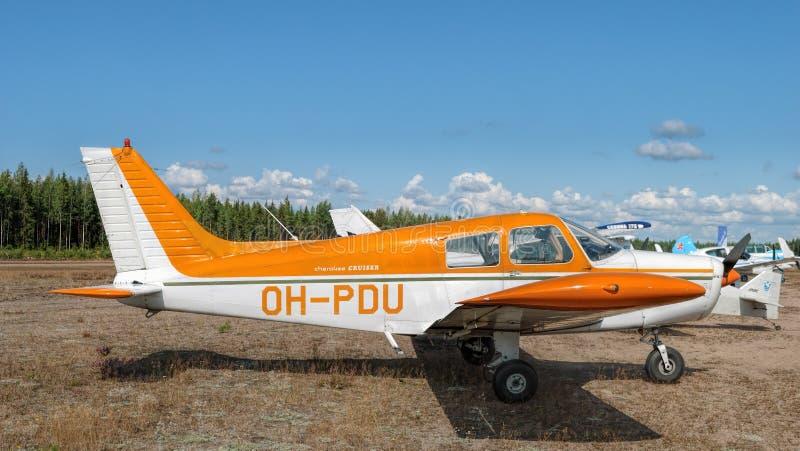 Ελαφρύ μονοκινητήριο αεροπλάνο τεσσάρων θέσεων με εμβολοφόρο κινητήρα Piper PA-28-140 Cheroke Cruiser OH-PDU εν αναμονή πτήσης στ στοκ εικόνες με δικαίωμα ελεύθερης χρήσης