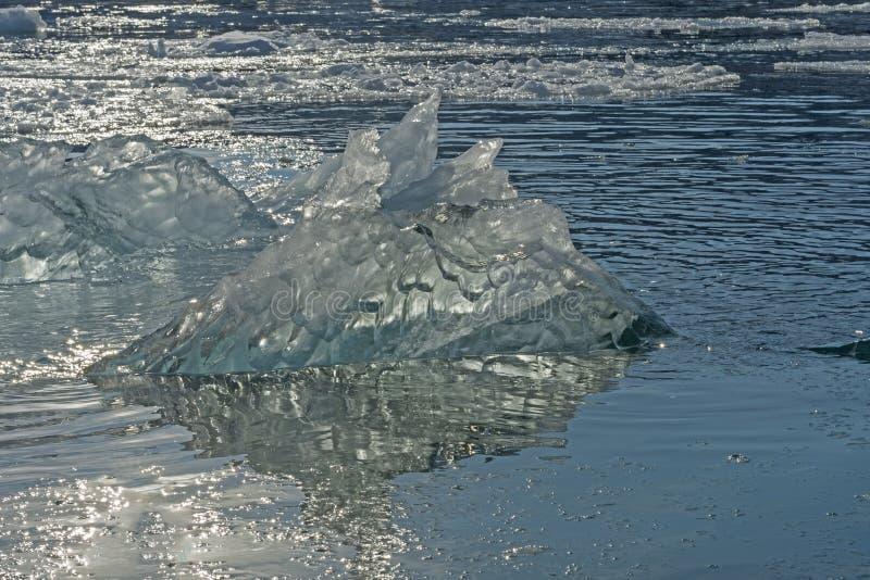 Ελαφρύ να λάμψει μέσω ενός παγόβουνου στοκ εικόνες