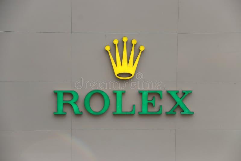Ελαφρύ σημάδι του λογότυπου ρολογιών της Rolex μπροστά από ένα κατάστημα σε Pathumwan, Μπανγκόκ Εμπορικό σήμα της Rolex που ιδρύε στοκ εικόνες με δικαίωμα ελεύθερης χρήσης