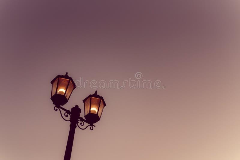 Ελαφρύ σκοτάδι νύχτας λαμπτήρων στοκ φωτογραφία με δικαίωμα ελεύθερης χρήσης