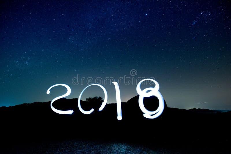 ελαφρύ paining αλφάβητο του 2018 πέρα από τα αστέρια στο νυχτερινό ουρανό στοκ φωτογραφία