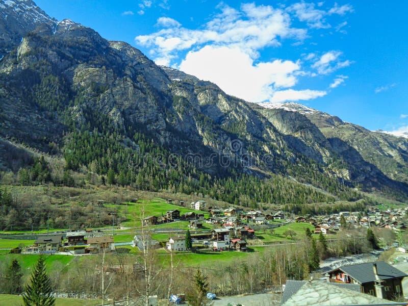 ελβετικά σπίτια στα όρη στοκ φωτογραφία με δικαίωμα ελεύθερης χρήσης
