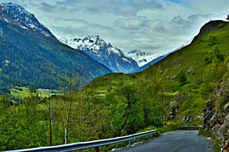 Ελβετική όρος-άποψη σχετικά με τον τρόπο κάτω σε Ardez στοκ φωτογραφίες