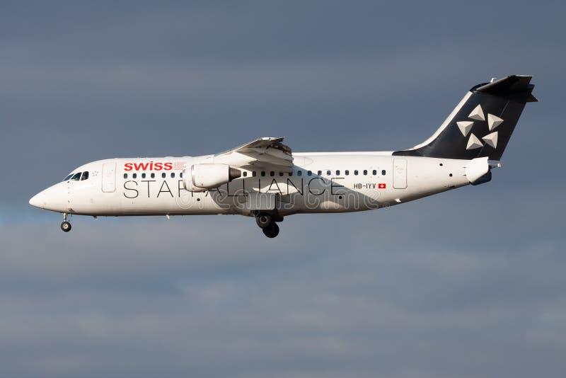 Ελβετικός διεθνής επιβάτης αεροπλάνου HB-IYV Avro RJ100 αερογραμμών συμμαχίας αστεριών που προσγειώνεται στον αερολιμένα της Φραν στοκ φωτογραφία με δικαίωμα ελεύθερης χρήσης