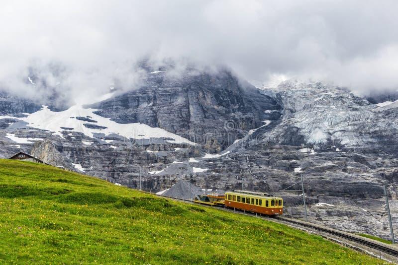 Ελβετικός σιδηρόδρομος στο βουνό στοκ φωτογραφίες με δικαίωμα ελεύθερης χρήσης