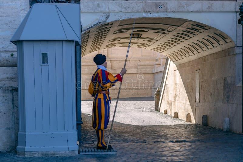 Ελβετικός φύλακας που στέκεται στη φρουρά Ιταλία Ρώμη Βατικανό στοκ εικόνες με δικαίωμα ελεύθερης χρήσης