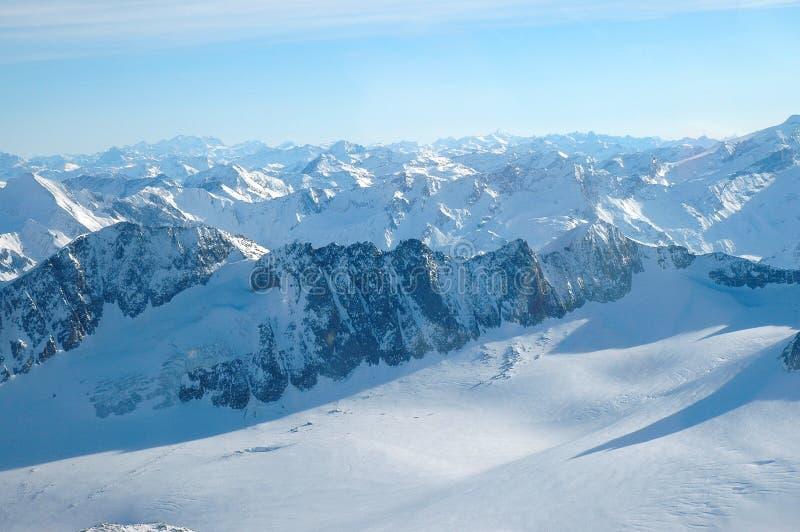 ελβετικός χειμώνας χρονικής όψης ορών αεροπλάνων στοκ φωτογραφία