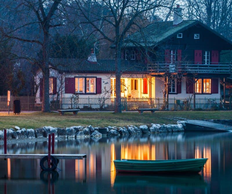 Ελβετικό εξοχικό σπίτι στοκ εικόνες