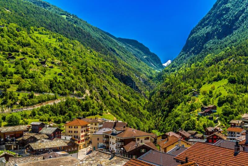 Ελβετικό χωριό Άλπεων στην κοιλάδα βουνών, Stalden, Staldenried, VI στοκ φωτογραφίες