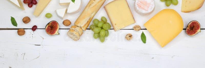Ελβετικό Camembert ψωμιού πιάτων πιατελών πινάκων τυριών copyspace banne στοκ εικόνα