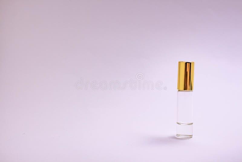 Ελεγκτής αρώματος Μικρό μπουκάλι γυαλιού αρώματος με τη χρυσή ΚΑΠ Διαστημικό κείμενο Η έννοια του μινιμαλισμού πρότυπο στοκ φωτογραφίες