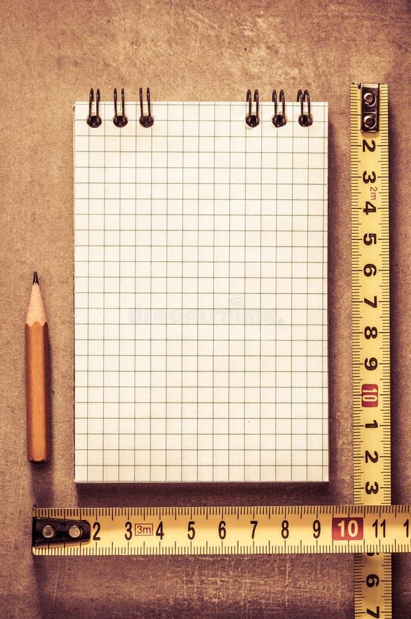Ελεγχμένα σημειωματάριο και μολύβι στοκ φωτογραφία