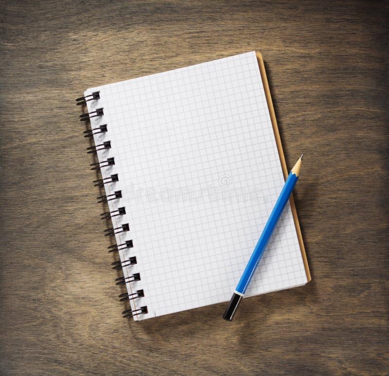 Ελεγχμένα σημειωματάριο και μολύβι στοκ εικόνες