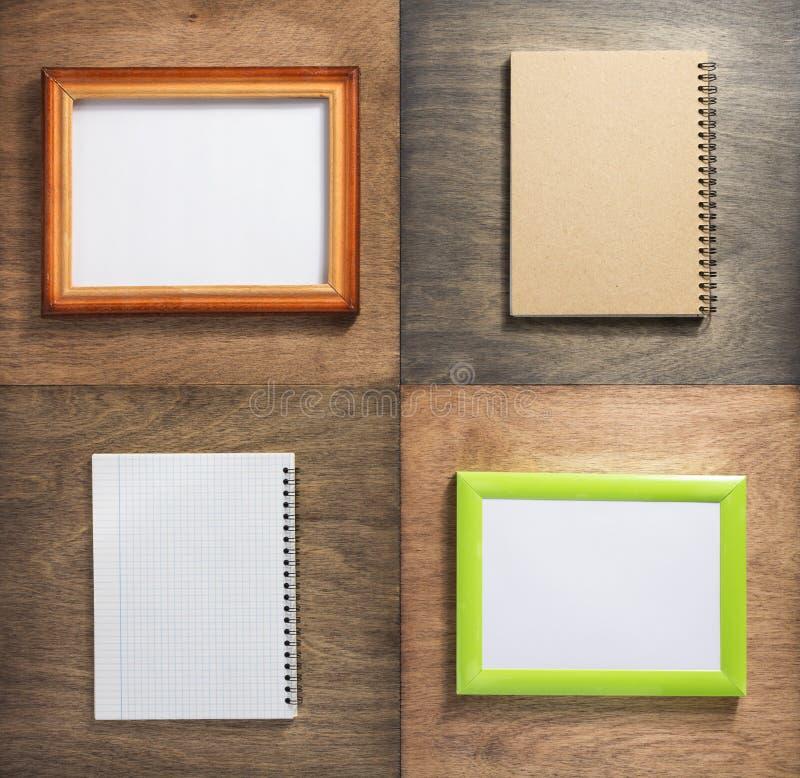 Ελεγχμένο πλαίσιο σημειωματάριων και εικόνων στο ξύλο στοκ φωτογραφίες