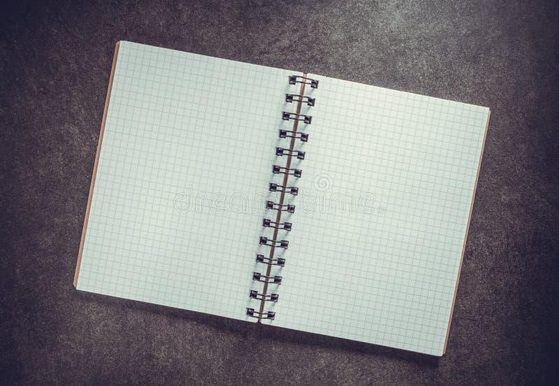 ελεγχμένο σημειωματάριο στο υπόβαθρο στοκ εικόνα
