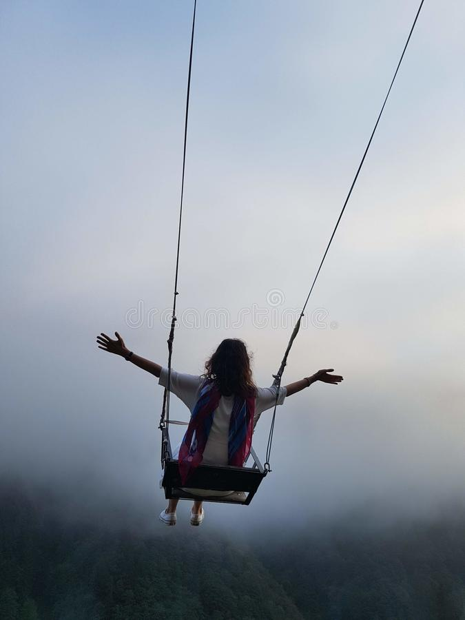 Ελευθερία και ξένοιαστος ενός νέου θηλυκού σε μια ταλάντευση στοκ εικόνες με δικαίωμα ελεύθερης χρήσης