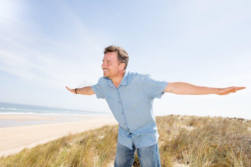 Ελευθερία πορτρέτου ατόμων στη θερινή παραλία το συμπαθητικό καλοκαίρι σύννεφων ουρανού στοκ εικόνες με δικαίωμα ελεύθερης χρήσης
